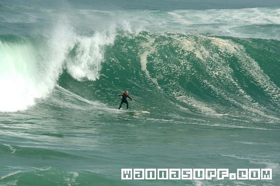 un surfista disfruta Mundaka un dia grande